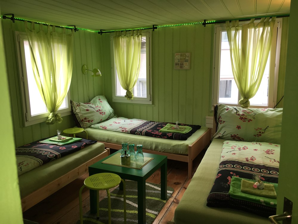 Monteurzimmer: Dreibettzimmer mit Seesicht, 3. Stock - Color Dream Rooms Homestay